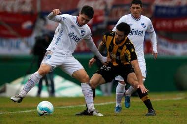 Nacional-Peñarol disputan el clásico del fútbol uruguayo en la reanudación del fútbol charrúa