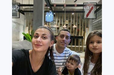 Con Jorgelina, Rogelio e Isabel, en su casa, donde tiene colgadas 3 camisetas: dos de Rayados (Concachampions y Mundial de Clubes) y una de River