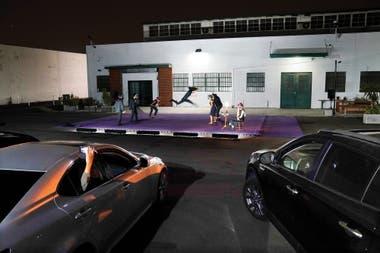 El grupo performático LA Project muestra su trabajo Drive-In Dances a espectadores refugiados en sus autos