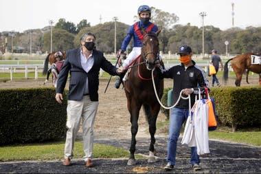 Seteado Joy, montado por Fabricio Barroso y con el entrenamiento de Roberto Bullrich (izq.)
