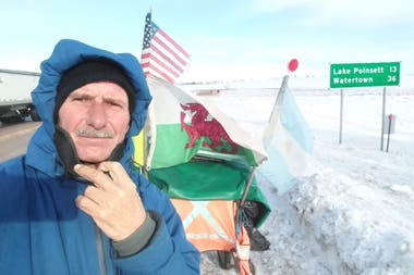 Martín Echegaray Davies partió de Trelew con el objetivo de unir Ushuaia con Alaska. La pandemia lo detuvo en la frontera canadiense, desde donde regresó después de haber caminado 22.860 kilómetros