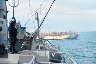 Un pesquero pasa frente a la posición de la corbeta Granville, en las cercanías del estrecho de Magallanes