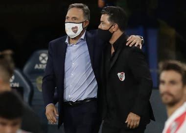 Miguel Ángel Russo y Marcelo Gallardo, en un afectuoso saludo al finalizar el encuentro.