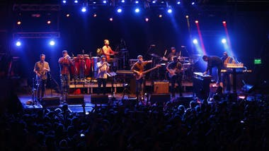 Snarky Puppy y su lider, el bajista Michael League