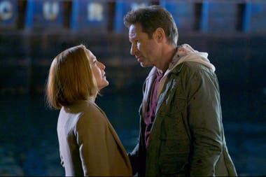 Dana Scully (Gillian Anderson) y Fox Mulder (David Duchovny) en el final de Los expedientes X