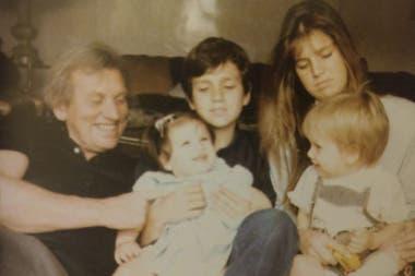 Inés Zorreguieta de bebé, junto a sus hermanos y su padre