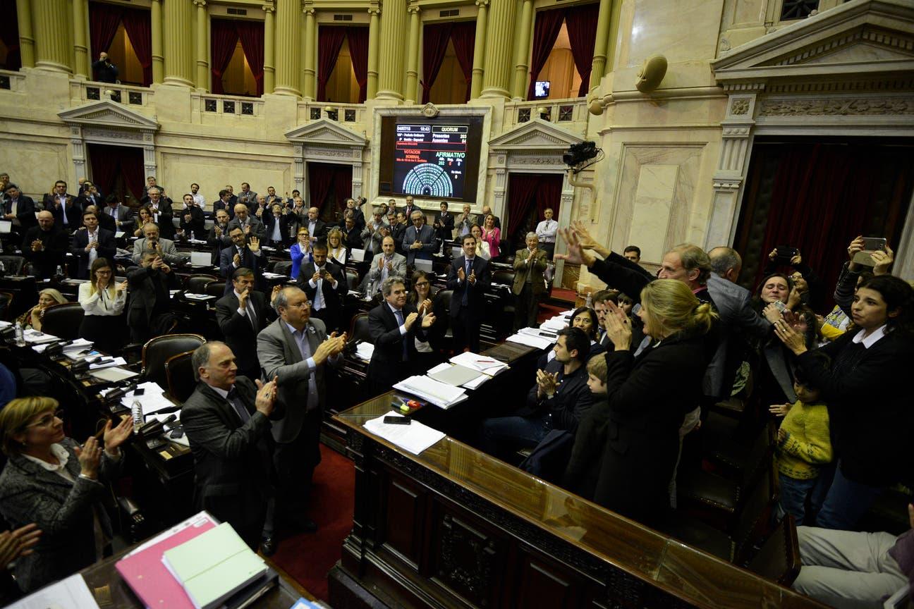 La familia de Justina fue aplaudida por los parlamentarios, tras la votación en el recinto