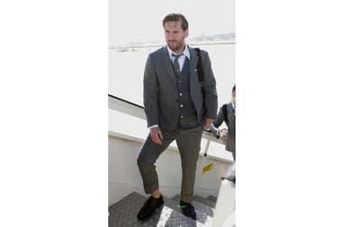 Moda de alta gama  el plantel de Barcelona estrenó trajes en su llegada a  Londres 74db74698f7