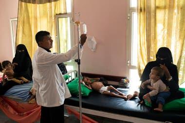 Amal recibió tratamiento para la desnutrición aguda el mes pasado en una clínica móvil en Aslam, Yemen.
