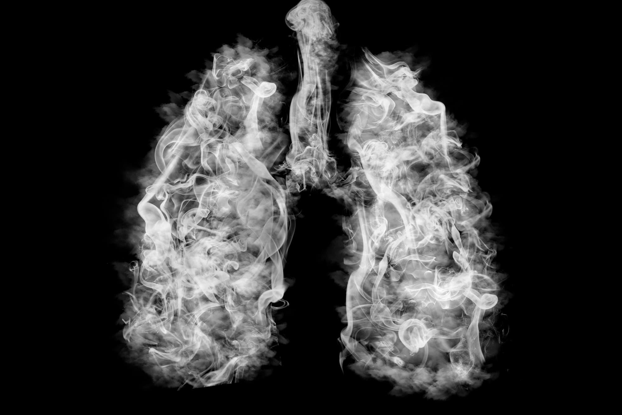 El experimento que revela la diferencia entre fumar un cigarrillo electrónico y uno común