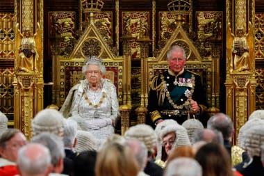 La reina Isabel II se sienta con el príncipe Carlos de Gales en el trono del soberano antes de pronunciar el discurso de la reina en la apertura estatal del Parlamento