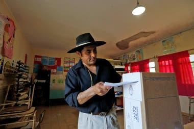 Un hombre vestido de gaucho vota en una escuela en El Chamical, provincia de Salta