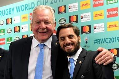Agustín Pichot con Bill Beaumont, el hombre que lo venció por 28-23 y seguirá como presidente de World Rugby