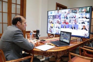 El gobernador de Neuquén, Omar Gutiérrez, durante la reunión virtual con el Presidente y los demás gobernadores