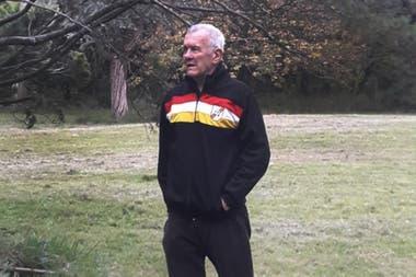 En la actualidad, con un abrigo del club Renato Cesarini, en Rosario, su ciudad.
