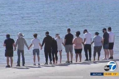 Parte del elenco de Glee y familiares de Naya Rivera, frente al lago en donde la actriz perdió la vida