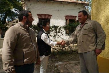 Desde el espacio de Grabois difundieron una foto de Dolores Etchevehere saludando a quien supuestamente sería el casero de la estancia Las Margaritas