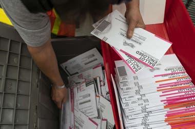 Votar por correo empuja a Trump más lejos de su objetivo