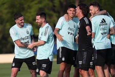 Un momento de diversión en el entrenamiento de la selección: Messi y De Paul adelante, Correa, el profe Martín y Ocampos atrás.