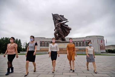 Mujeres con tapabocas en Pyongyang, capital de Corea del Norte
