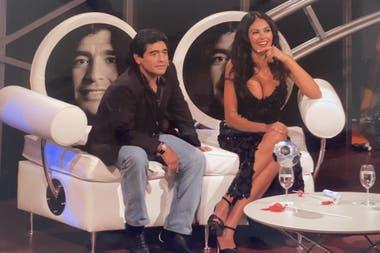 Diego Maradona junto a la actriz italiana María Grazia Cucinotta