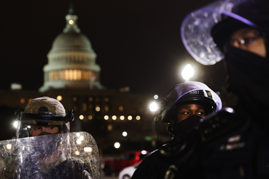 Los miembros de la Guardia Nacional y la policía de Washington D.C. mantienen a un pequeño grupo de manifestantes lejos de la capital después de que miles de partidarios de Donald Trump irrumpieran en el edificio del Capitolio de Estados Unidos el 6 de enero de 2021 en Washington, DC