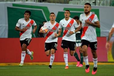 Rojas, Borré (con la pelota), Suárez y Díaz regresan a su campo luego del segundo gol millonario, anotado por el delantero colombiano. River está a un gol de la hazaña.