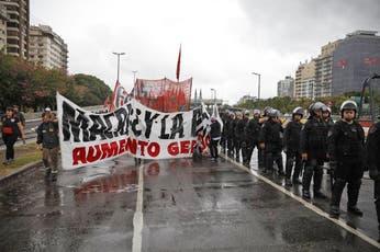 Cortes en la Capital por protestas de organizaciones sociales, docentes y taxistas