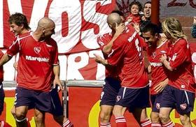 El festejo colectivo del segundo gol de Independiente: Denis, su autor, aparece semitapado por Rodríguez; de izquierda a derecha participan también Abraham, Orteman, Montenegro y Machín