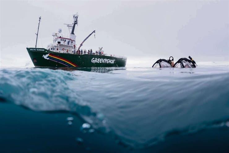 Con el minisubmarino, que lleva el Artic Sunrise, explorarán la rica fauna marina de la Antártida