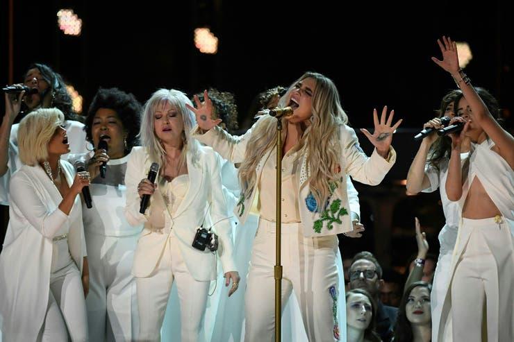Kesha (centro), junto a varias artistas, en uno de los momentos más emotivos de la noche, un canto a las reivindicaciones de las mujeres.