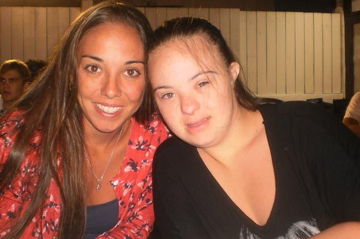 Angie y María, su hermana mayor odontóloga, quien la impulsó y motivó para que comience esta carrera y la invitó a trabajar en su consultorio. Foto: Facebook