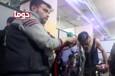 Rescatistas arrojan agua a un joven que fue alcanzado por el químico letal