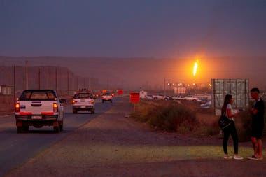 La ruta 7 (de Neuquén capital a Vaca Muerta) tiene solo dos manos y vive saturada, la llama es venteo de gas, por seguridad