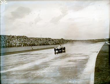 Juan Manuel Fangio, bajo la lluvia, se consagra en la carrera que se corrió en el sentido inverso en el autódromo, en 1954