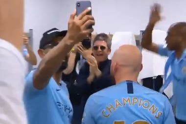 Noel Gallagher celebra en el vestuario del City
