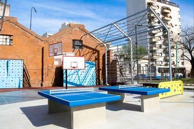 Hay mesas de ping pong aros de bsquet y escalada