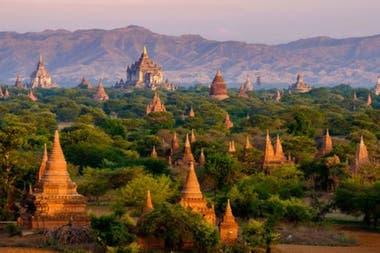 Bagan, Myanmar. Con miles de templos budistas esparcidos alrededor, este sitio ofrece un testimonio del máximo momento de un imperio regional que alcanzó su cénit entre los siglos XI y XIII