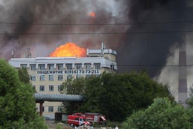 El fuego, con llamas que alcanzan los 50 metros de altura y que desató el pánico en la zona, empezó a las 11 de la mañana