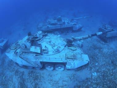 Tanque de guerra de las Fuerzas Armadas de Jordania se encuentra en el lecho marino del Mar Rojo, frente a la costa de la ciudad portuaria sur de Aqaba, como parte de un nuevo museo militar submarino, Jordania