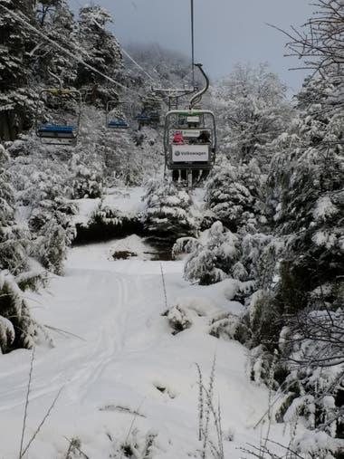 El centro de esquí de Villa la Angostura recibió este año nevadas récord, generando tanto problemas para la población como condiciones ideales para el centro de esquí