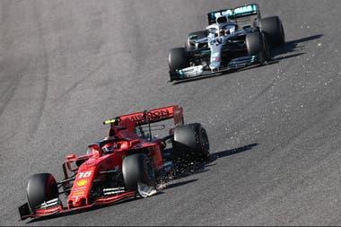 Charles Leclerc tiene roto el alerón delantero y pronto su Ferrari perderá el espejo izquierdo -incluido su brazo- delante del Mercedes de Hamilton, que a su vez se quedará sin el espejo derecho.