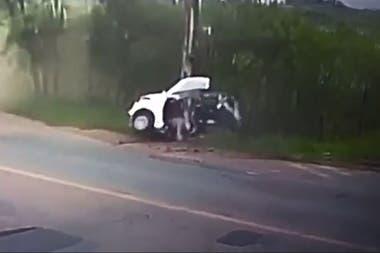 La mujer que conducía el vehículo murió, y los otros dos pasajeros resultaron heridos