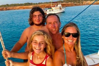 Silvina Reyes junto a su marido, Jorge, y sus hijos Tomás y María Paz