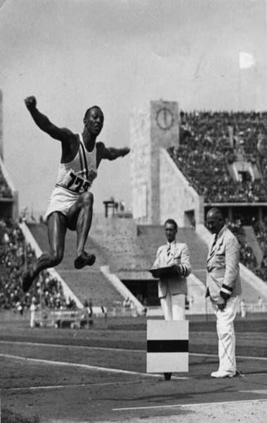Jesse Owens logró cuatro medallas de oro en los Juegos Olímpicos de Berlín 36 con las zapatillas Dassler