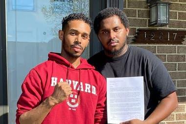 Staton, con el buzo de Harvard, exhibe para la foto la aceptación de la solicitud para ingresar a esa prestigiosa casa de altos estudios estadounidense