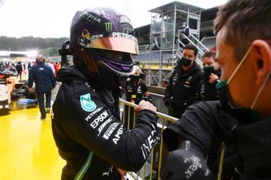 Lewis Hamilton celebra después de marcar el mejor tiempo durante la prueba de clasificación del Gran Premio de Estiria, en Austria.