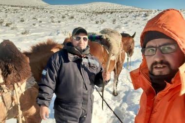 Tres horas a caballo en la nieve para reparar internet en el centro de Chubut