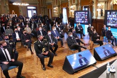 Máximo Kirchner, en primera fila durante el anuncio del aumento salarial a policías que hizo Kicillof; una clara señal de respaldo al gobernador