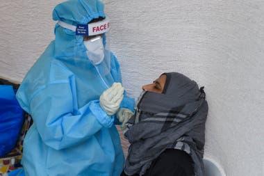 Un test de Covid-19 en una cabina de pruebas en en Ahmedabad, la India, uno de los países más afectados por el virus
